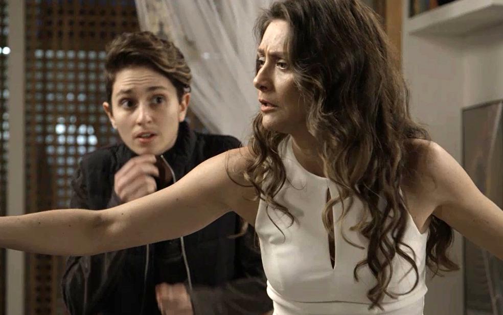 Em 'A Força do Querer, Joyce (Maria Fernanda Cândido) expulsa Rita (Isis Valverde) de casa. Na foto, Joyce com o filho, Ivan (Carol Duarte) — Foto: TV Globo