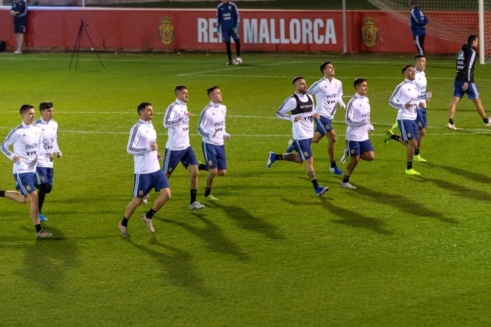 Jogadores argentinos trabalham em campo do Mallorca — Foto: EFE/ Cati Cladera