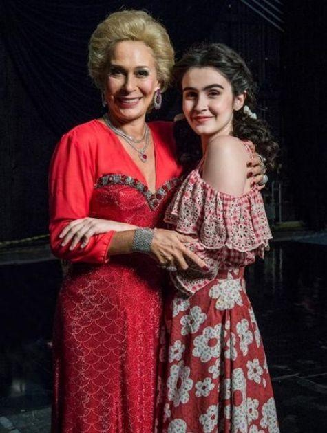 Andréa Beltrão e Valentina Herszage interpretam Hebe (Foto: Divulgação/TV Globo)