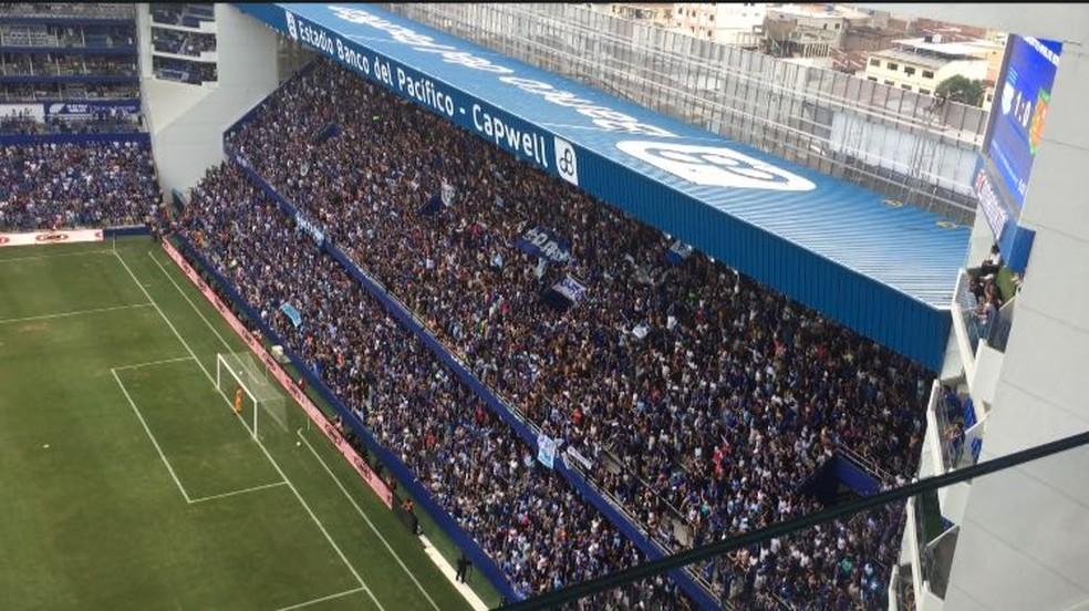 """A """"barra Boca del Pozo"""" é o pulmão do estádio: apenas seis metros de distância do gol (Foto: Raphael Zarko)"""