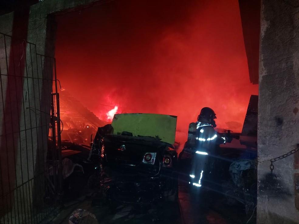Oito bombeiros participaram do serviço de combate às chamas — Foto: Divulgação/Corpo de Bombeiros