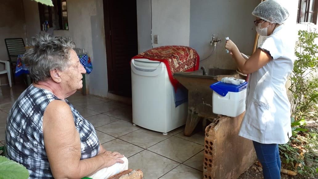 Idosos não vacinados contra a gripe devem solicitar visita para serem imunizados, em Foz do Iguaçu