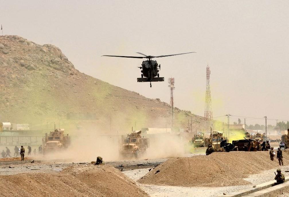 Helicóptero americano sobrevoa área onde comboio da Otan foi atingido por ataque em Kandahar, no Afeganistão, em 2017 — Foto: Javed Tanveer / AFP