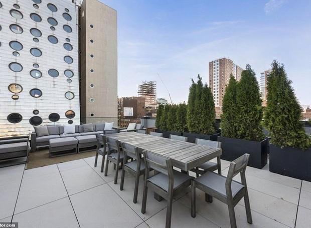 O terraço ocupa cerca de 185 metros quadrados e conta com mesa de jantar e área para churrasco (Foto: Realtor/ Reprodução)