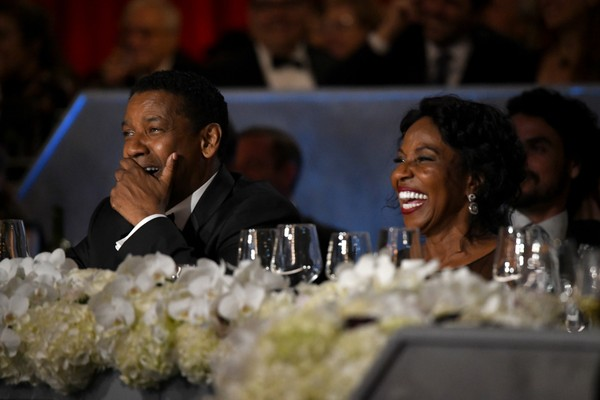 O ator Denzel Washington com a esposa, Pauletta Washington, na cerimônia da AFI Life Achievement Award em homenagem a ele (Foto: Getty Images)