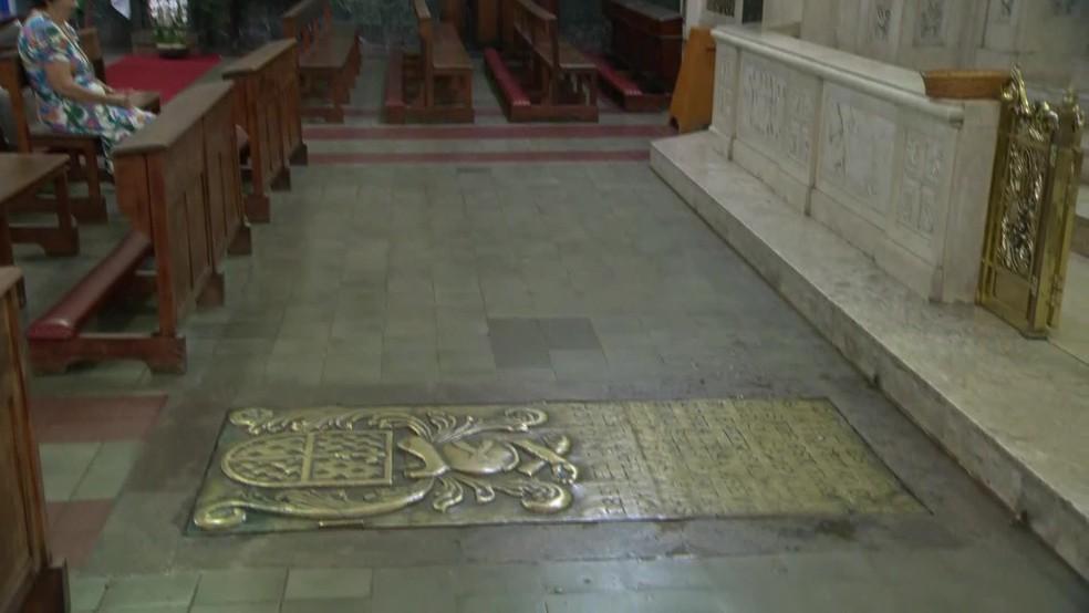 Restos mortais de Estácio de Sá, na Igreja dos Capuchinhos — Foto: Reprodução/Bom Dia Rio