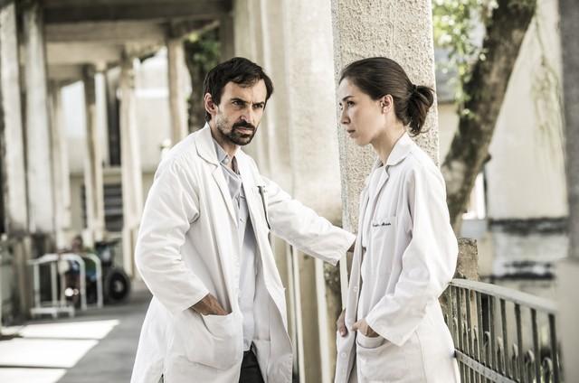 Julio Andrade e Marjorie Estiano em 'Sob pressão' (Foto: João Miguel Júnior/ TV Globo)