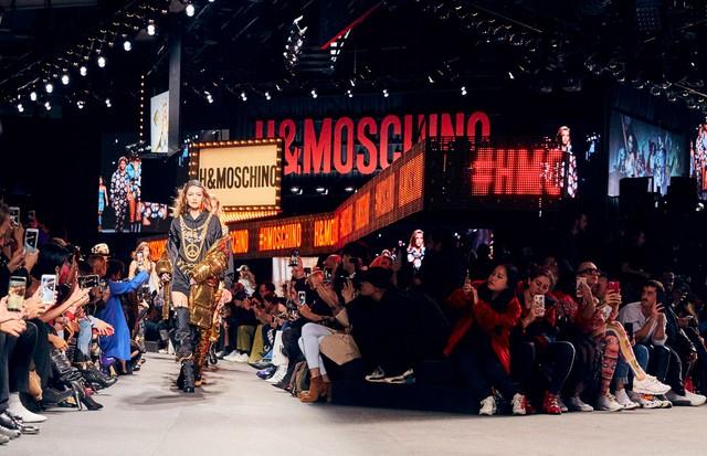 O desfile da Moschino x H&M (Foto: H&M)