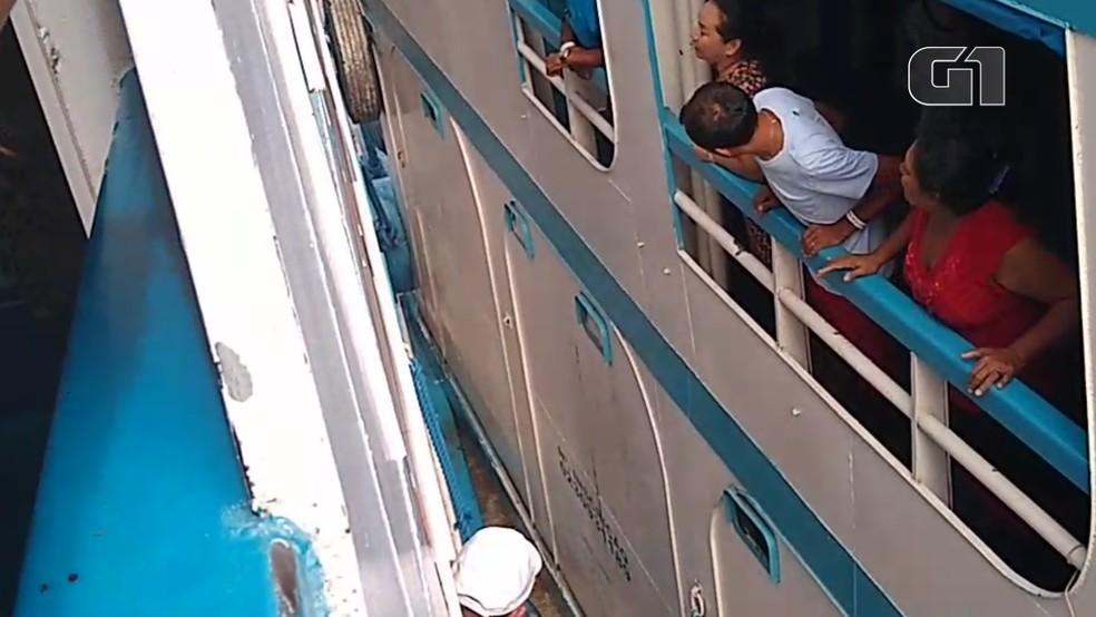 As duas embarcações chegaram a encostar uma na outra no rio Amazonas — Foto: Redes Sociais