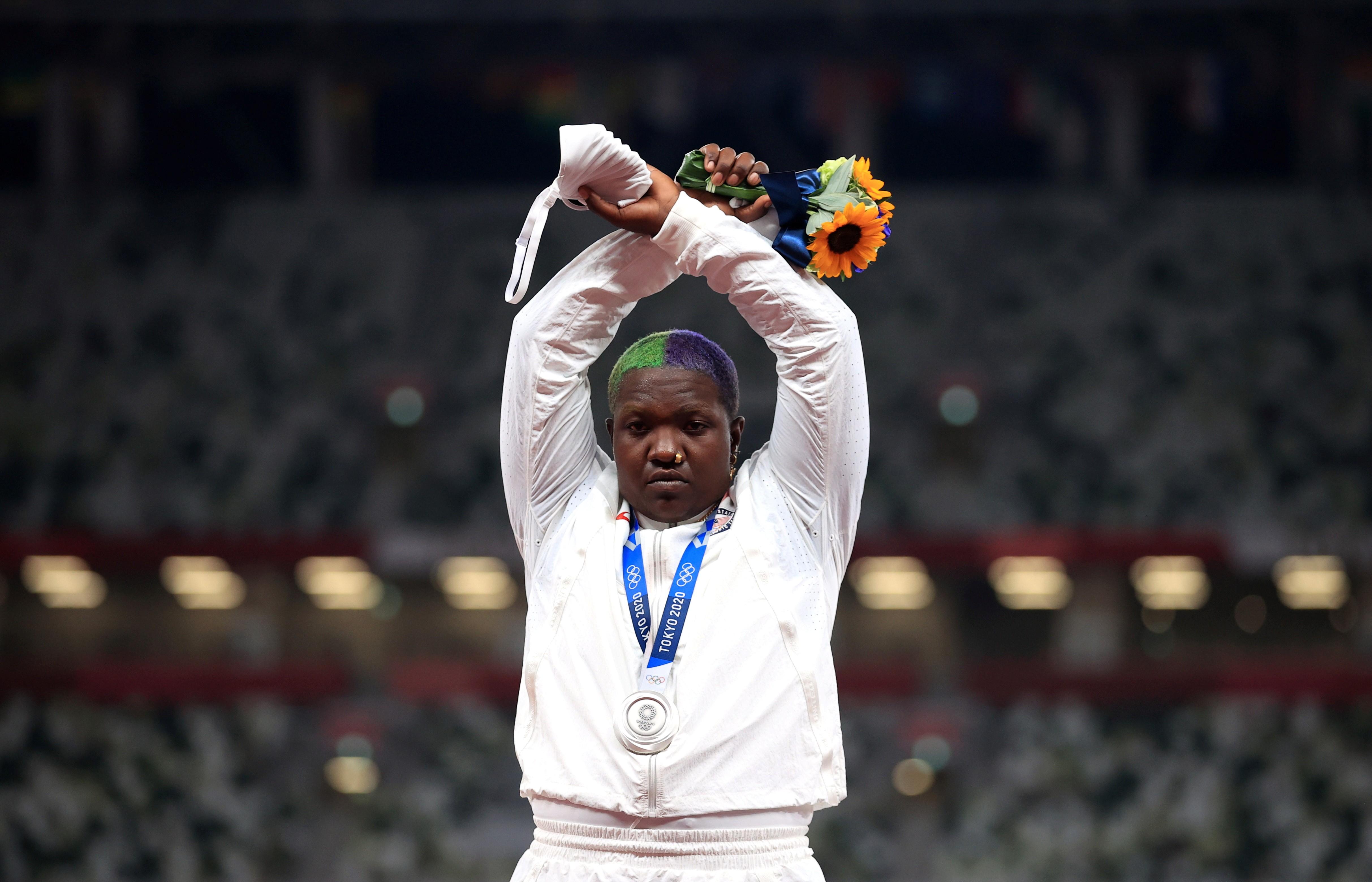 Americana cruza os punhos em 1ª manifestação nos pódios das Olimpíadas