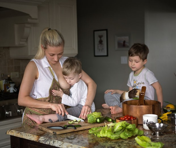 Mãe cozinha e amamenta ao mesmo tempo (Foto: Reprodução / Pictures by GG)