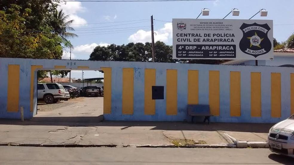 Suspeito de tráfico de drogas foi levado para a Central de Polícia de Arapiraca — Foto: Ascom/Polícia Civil