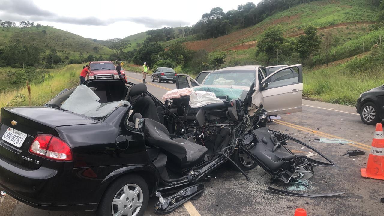 Colisão entre dois carros deixa cinco pessoas feridas na AMG-3085 em Juiz de Fora