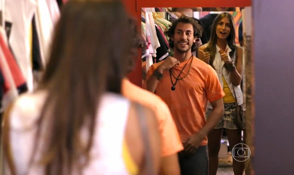 Lino (José Henrique Ligabue) experimenta novas roupas escolhidas por Carol (Maria Joana) - 'Flor do Caribe' — Foto: Globo