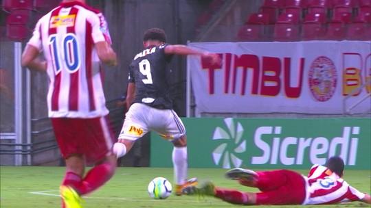 Perdeu! Felippe Cardoso se livra do marcador, mas chuta para fora, aos 40 do 1º tempo