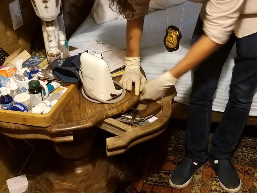 Armas da coleção do empresário foram levadas pelos bandidos — Foto: Reprodução/WhatsApp