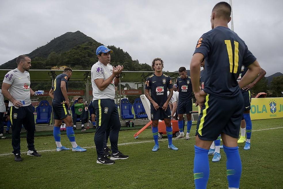 Técnico André Jardine conversa com jogadores da Seleção — Foto: Lucas Figueiredo / CBF