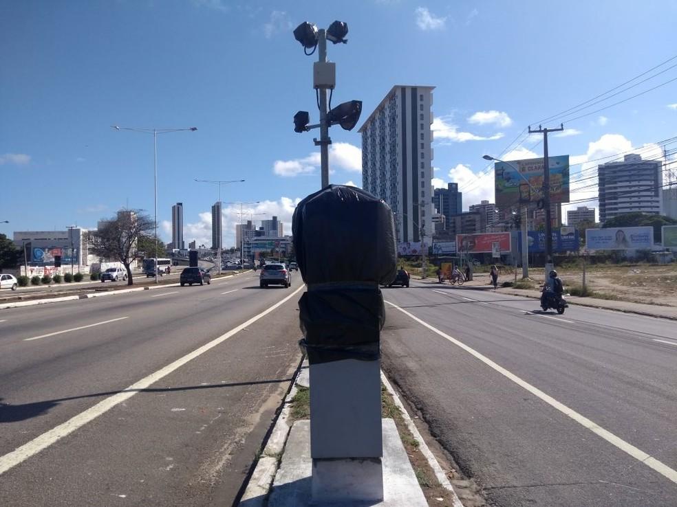 Radares nas rodovias federais do RN foram desativados e estão cobertos com sacos pretos (Foto: Lucas Cortez/G1)