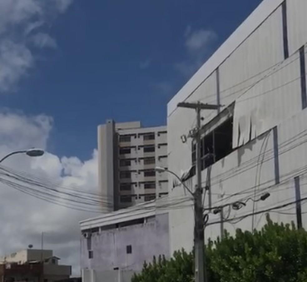 Fachada de edifício, no Pina, ficou com um buraco aberto após acidente — Foto: Reprodução/TV Globo