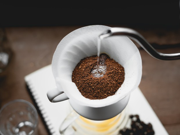 Drip Coffee Black coffee brewed in low light in the house (Foto: Getty Images/iStockphoto)