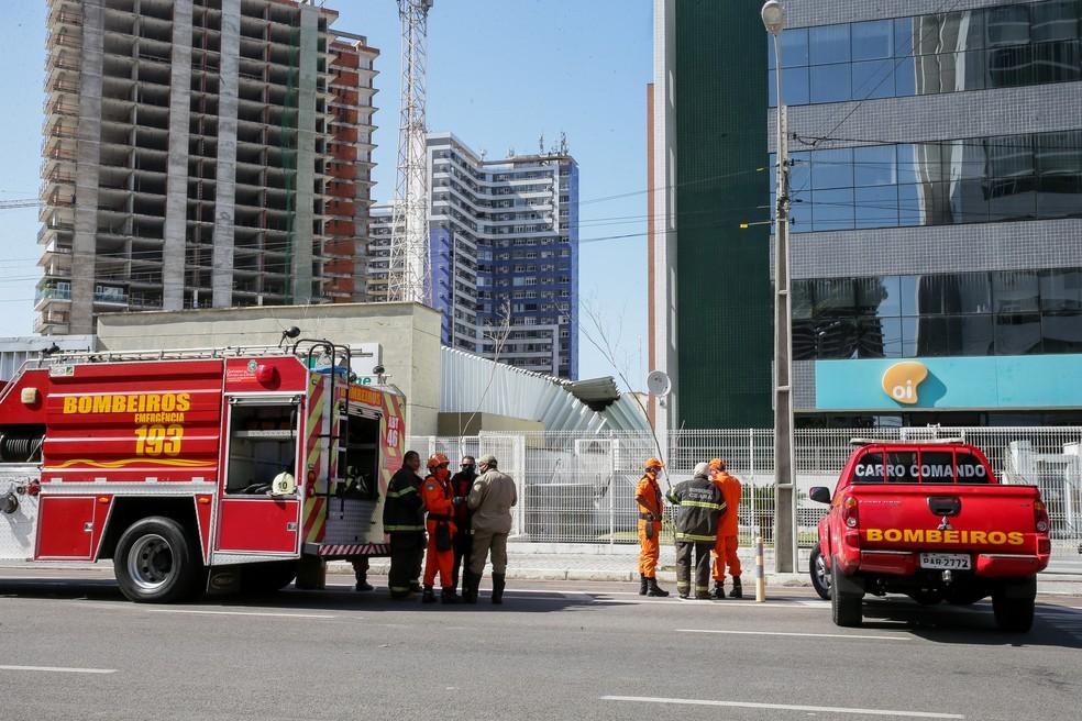 O primeiro passo do processo de demolição foi o escoramento de uma torre de telefonia do local. — Foto: Camila Lima/SVM