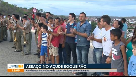Em alusão ao Dia da Água, moradores abraçam açude de Boqueirão