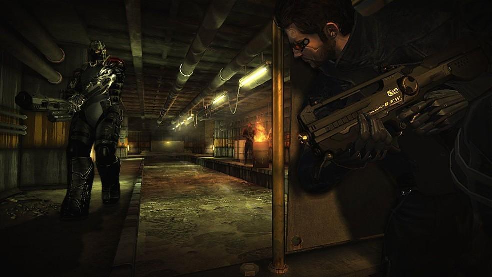 Em Deus Ex: Human Revolution o jogador pode escolher entre ser mais furtivo ou agressivo nos combates — Foto: Divulgação/Square Enix