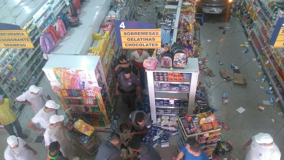 Homem precisou ser amarrado pelos policiais após surtar e invadir supermercado em Bariri (Foto: Arquivo pessoal)