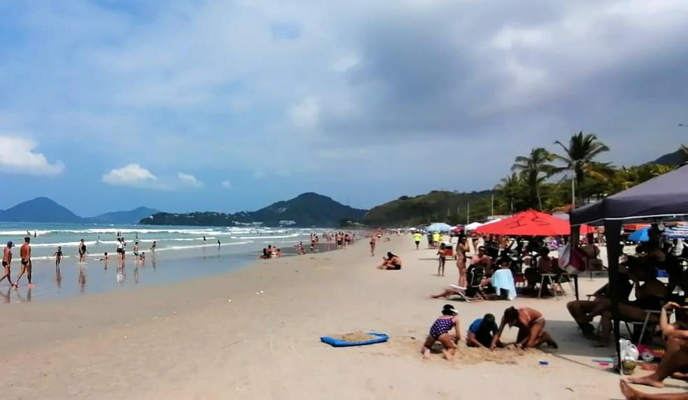 Praia Grande, em Ubatuba, nesta segunda-feira de feriado — Foto: Tiago Bezerra/TV Vanguarda