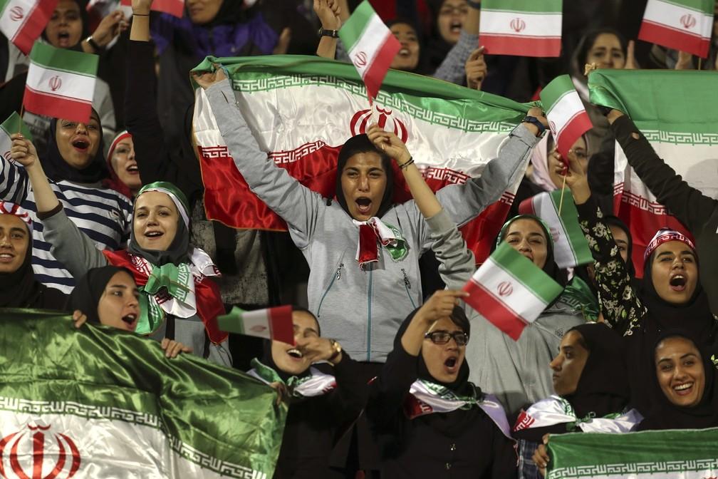 Partida entre Irã e Bolívia, em 2018, foi um dos poucos momentos em que o regime iraniano autorizou que mulheres assistissem a jogos de futebol — Foto: Vahid Salemi, Arquivo/AP Photo
