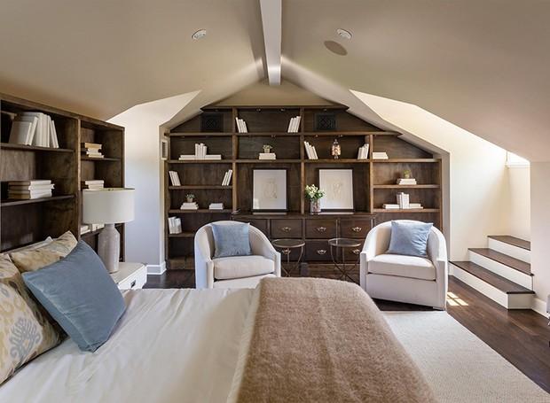 Um quarto fica abrigado no que seria o sótão da casa (Foto: Berkshire Hathaway HomeServices/ Reprodução)