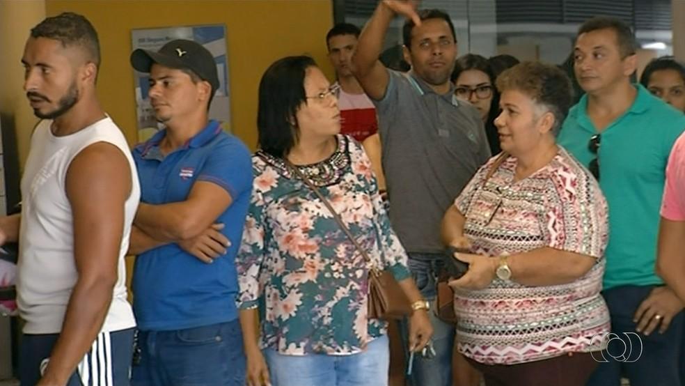 Filas em bancos irritaram os moradores (Foto: Reprodução/TV Anhanguera)