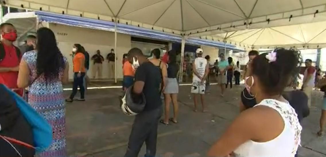 Auxílio emergencial: Grande fila é registrada em agência bancária do bairro de Itapuã