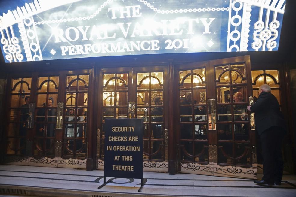 Pessoas ficam presas dentro de teatro próximo à rua Oxford em Londres (Foto: Yui Mok/Associated Press)