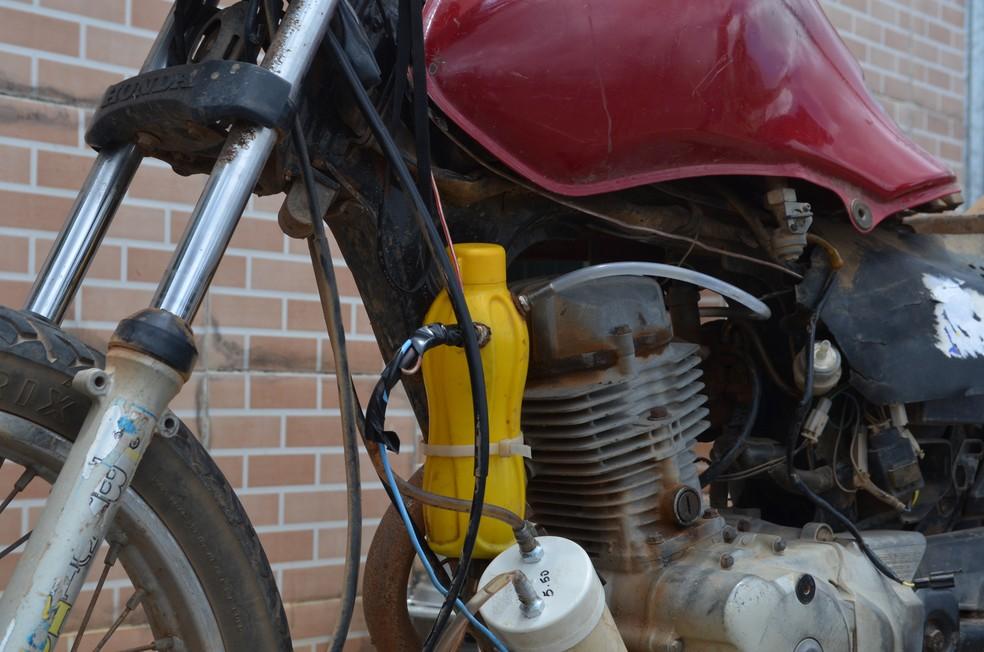 Sandro diz que resolveu criar o sistema para fazer a moto funcionar com água após a greve dos caminhoneiros na Paraíba, em maio deste ano — Foto: Érica Ribeiro/G1