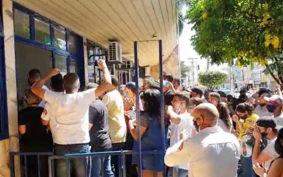 Moradores invadem Prefeitura de Caldas Novas em protesto contra decreto que restringe abertura do comércio, Goiás — Foto: Reprodução/TV Anhanguera