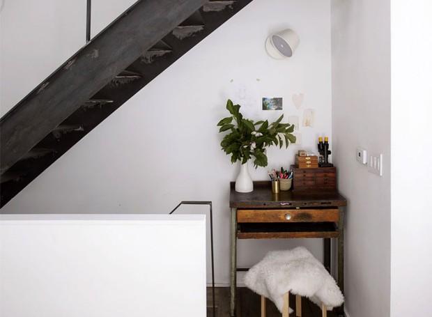 A escada corre pelo canto da casa e conecta os andares (Foto: Indecora/ Reprodução)