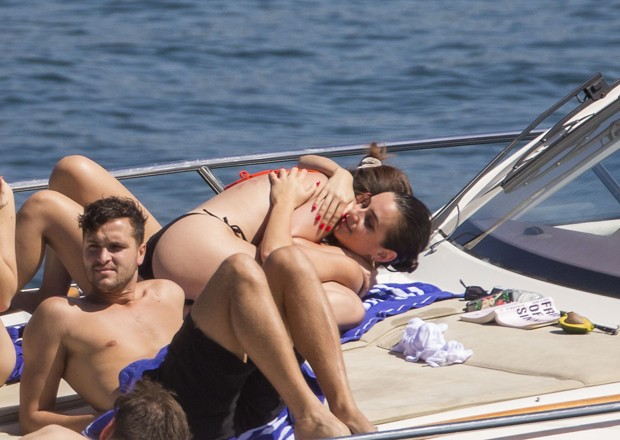 Selena Gomez desabafa após fotos com cicatriz viralizarem: