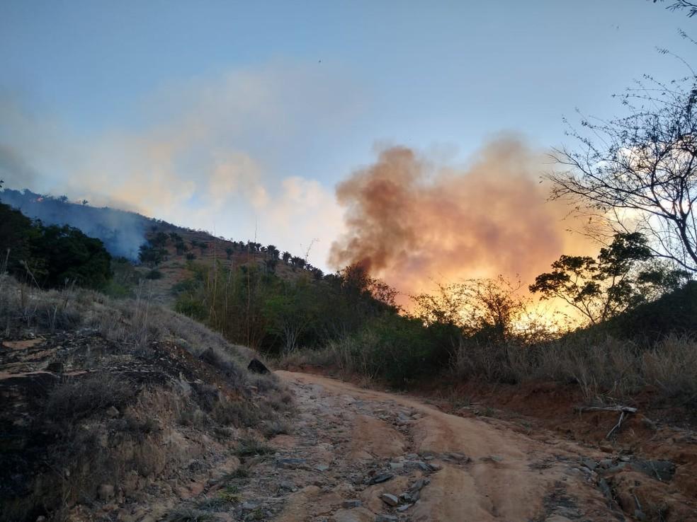 Segundo o Corpo de Bombeiros, incêndio pode ter começado a partir de curto em rede elétrica. — Foto: Foto: Alexandre Kapiche/ Inter TV