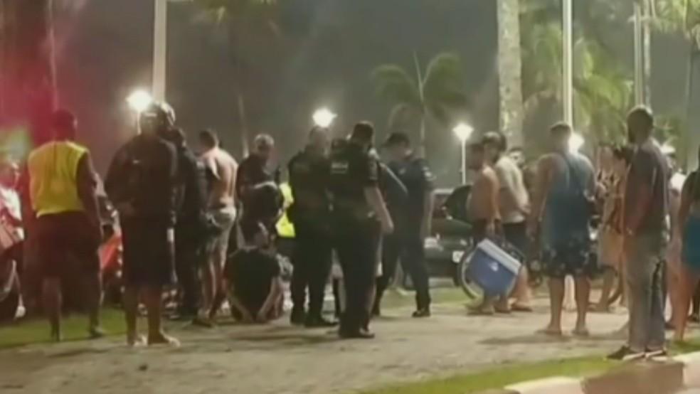 Turista é preso suspeito de ferir duas pessoas com canivete em praia e é agredido após crime — Foto: Reprodução/Guarujá Mil Grau