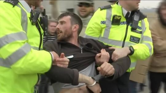 Centenas de ativistas são presos em protestos que paralisaram Londres