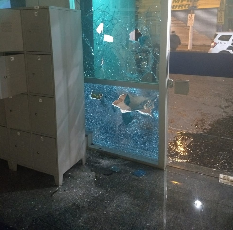 Uma das agências mais destruídas foi a da Caixa no centro de Bauru  (Foto: Arquivo pessoal)