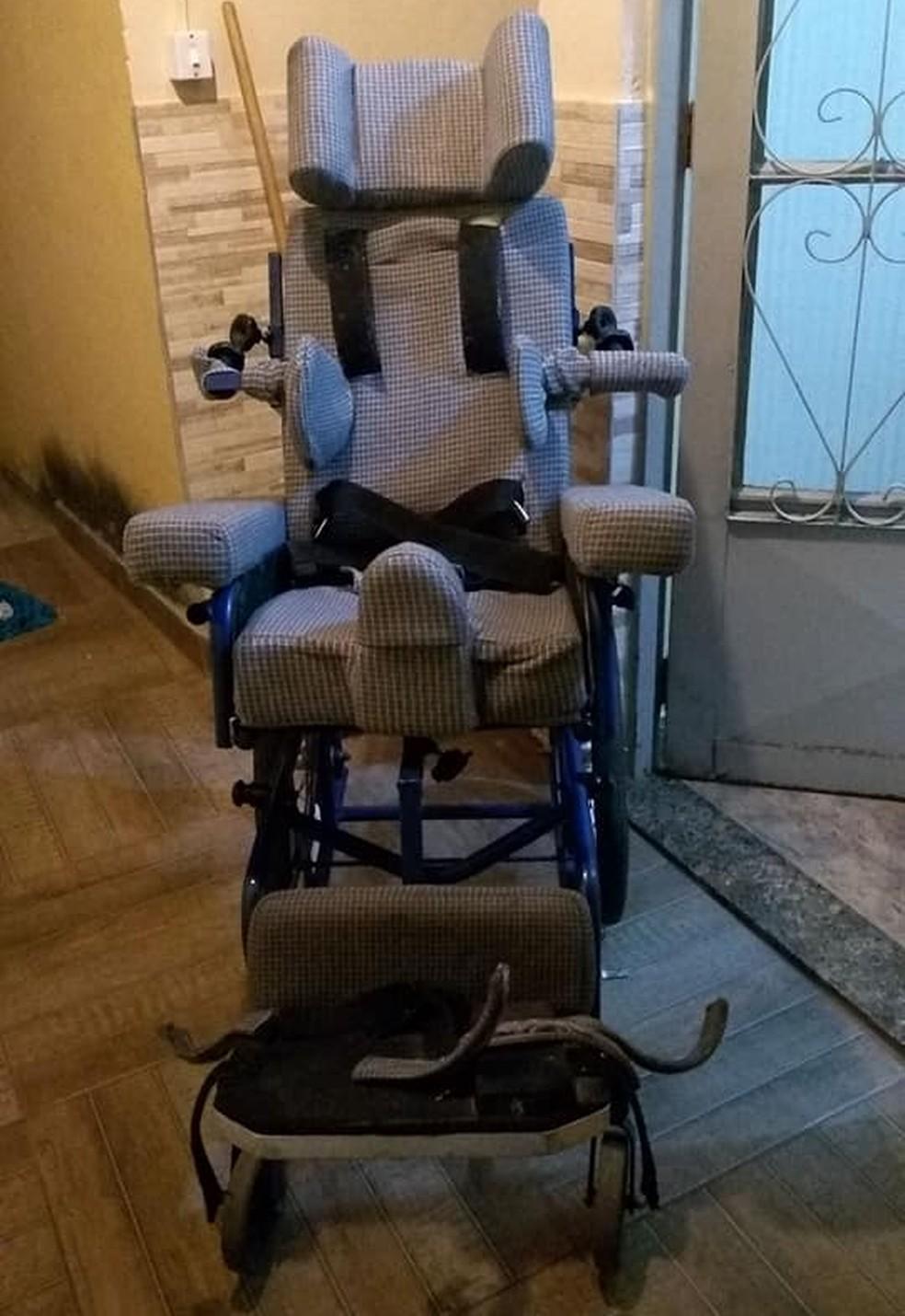 Cadeira de rodas de garota com paralisia cerebral foi roubada dentro de carro em BH — Foto: Arquivo pessoal
