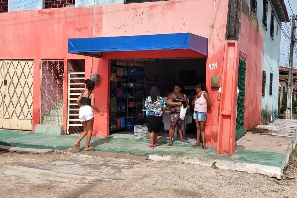 Comércio funciona em Fortaleza sem energia após ataques criminosos — Foto: Leábem Monteiro/SVM