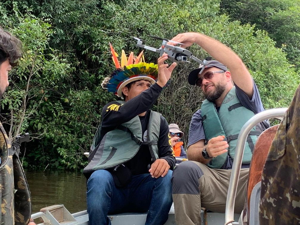 Awapu Uru-Eu-Wau-Wau aprende a manusear drones durante curso ministrado pela WWF.  — Foto: Priciele Venturini/Rede Amazônica