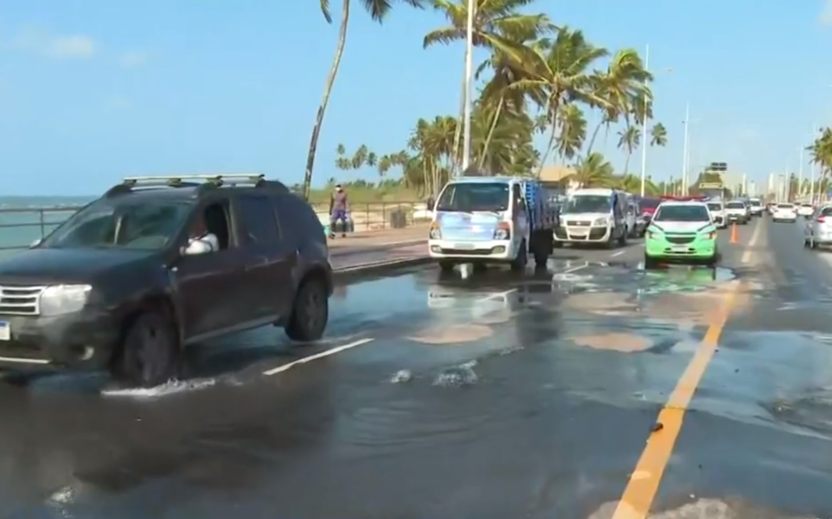 Rompimento de adutora causa vazamento de água e rompe asfalto na orla de Salvador