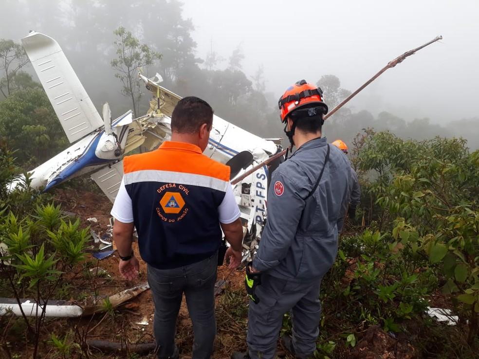 Bombeiros fazem operação para resgatar corpos das seis vítimas de queda de helicóptero — Foto: Defesa Civil/ Divulgação
