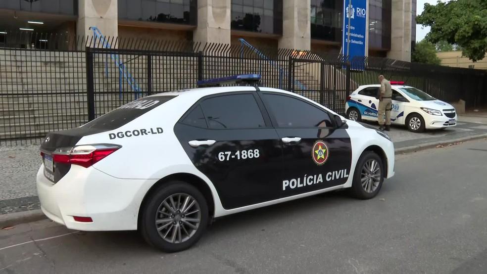 Carro da Polícia Civil na porta da sede da Prefeitura do Rio, alvo de buscas nesta quinta-feira — Foto: Reprodução/TV Globo