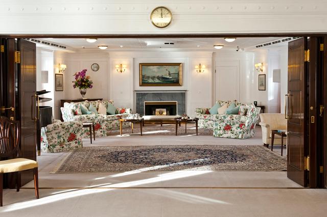 A sala de visitas do navio foi feita sob encomenda pela rainha, que tem apreço por coisas simples: lembra, portanto, muito mais uma casa tradicional inglesa do que os ambientes dos palácios da realeza  (Foto: Divulgação)