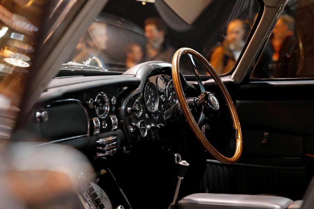 Interior do Aston Martin DB5 usado nas filmagens de 007 na década de 1960 (Foto: REUTERS/Benoit Tessier)